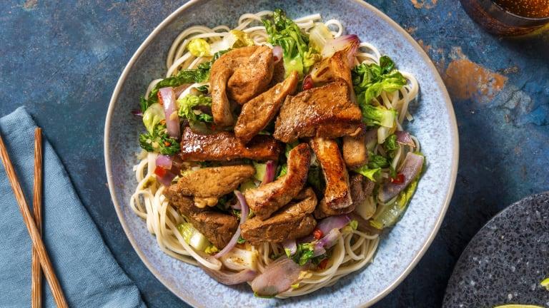 Salade de nouilles et émincé de porc dans une marinade sucrée