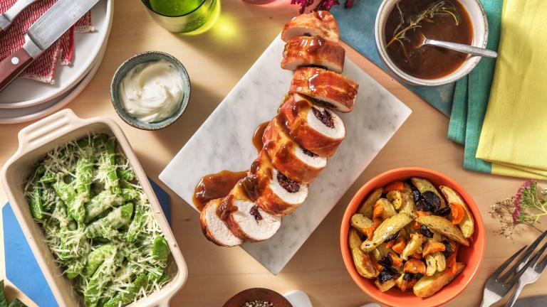 Roulade de dinde servie avec des carottes, pommes de terre et mange-tout
