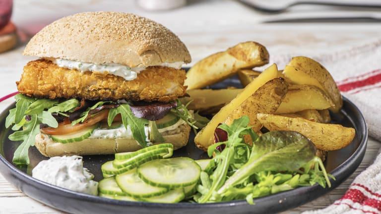 Hamburger de poisson pané et yaourt à l'aneth