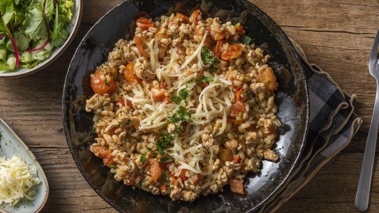 Risotto d'orge mondé au poulet haché et à la tomate