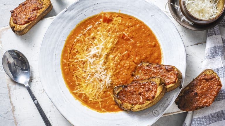 Tomatensoep met paprikapesto-bruschetta's