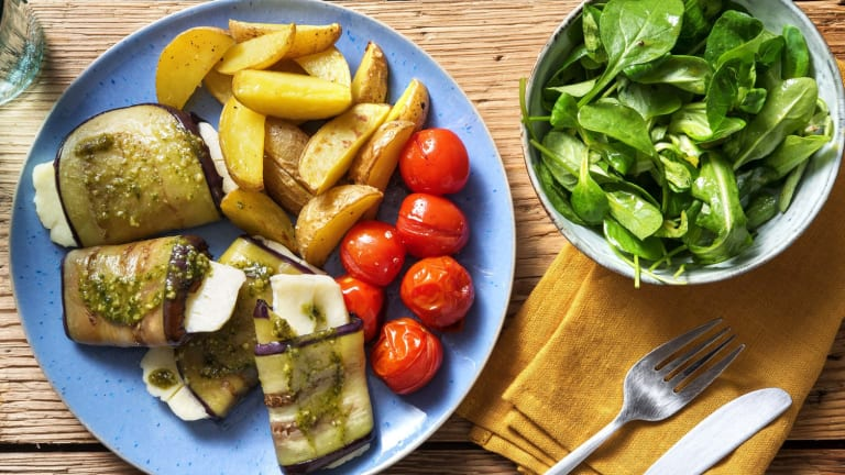 Roulades d'aubergine au halloumi et à la crème de basilic