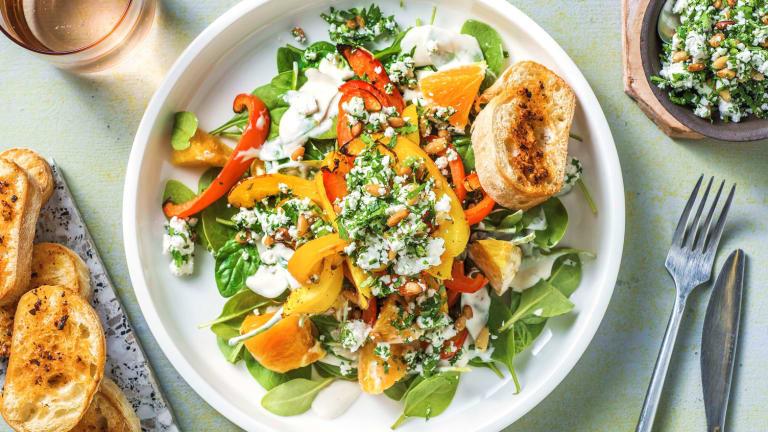 Spinatsalat mit Kräuter-Käse-Topping