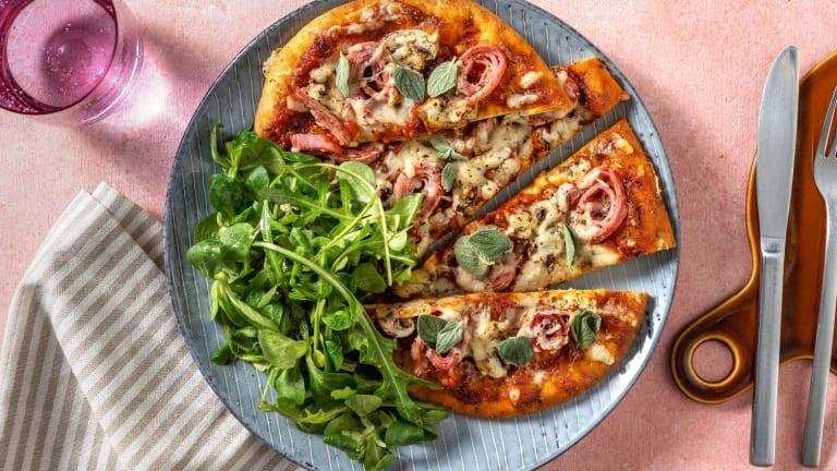Pizza Reine sur pain naan et salade