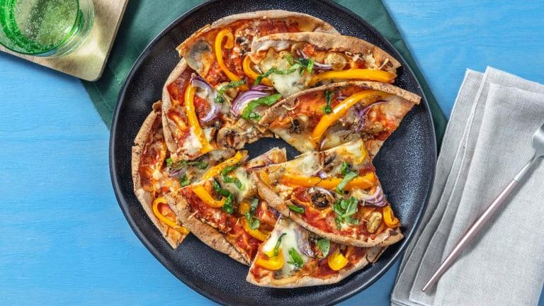 Pizza sur pain plat aux champignons et mozzarella