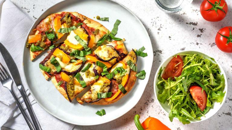 Pizza sur pain naan à l'aubergine et mozzarelle