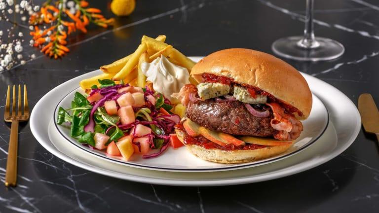 Wildzwijnburger met ovenfrietjes en kool-appelsalade