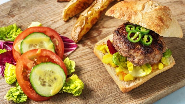 Limousinburger met pittige groene peper en piccalilly