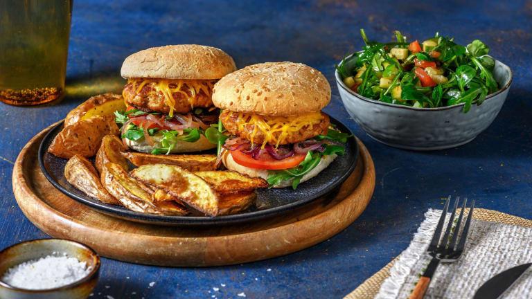 Kip-cheeseburgers met zoete rode ui