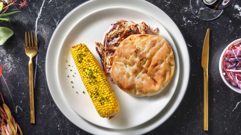 Effiloché de poulet servi avec un coleslaw et un épi de maïs