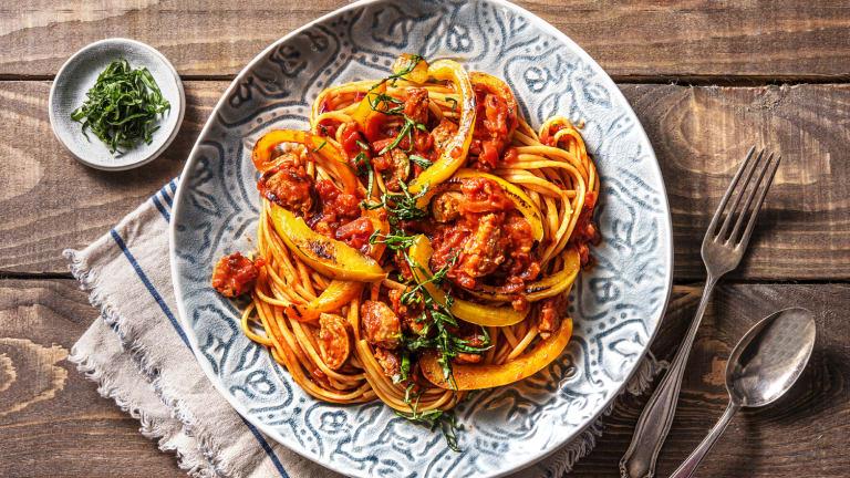 Linguine met chipolataworstjes in pittige tomatensaus