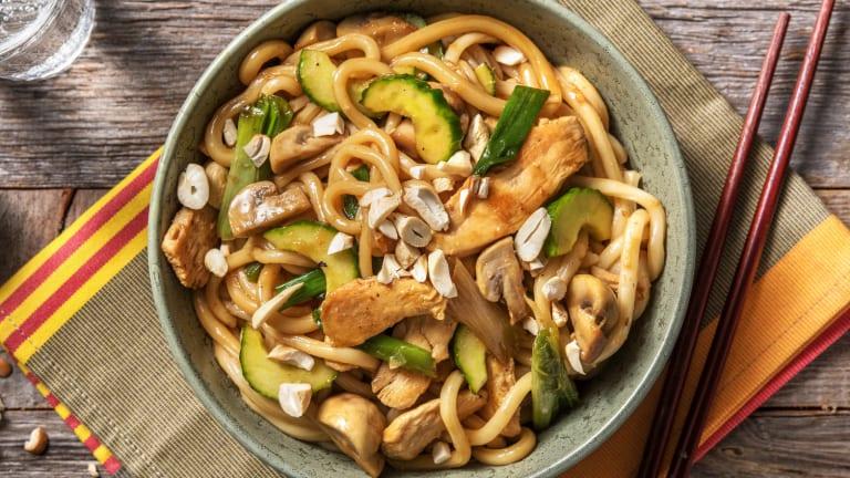 Nouilles udon au poulet, sauce sucrée et noix de cajou