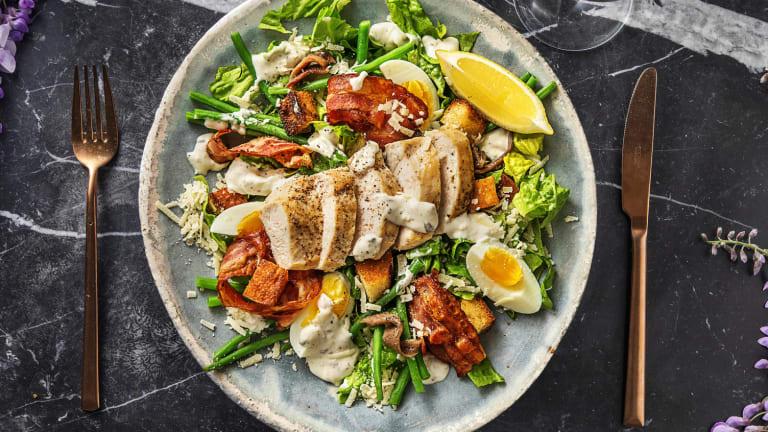 Salade César au poulet, lardons & croûtons