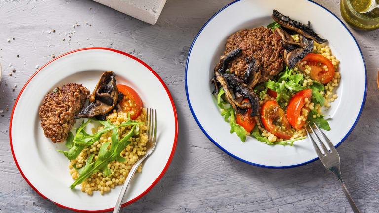 Salade met Duitse biefstuk en pestodressing