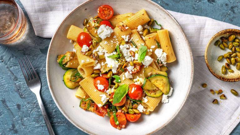 Salade de rigatoni aux courgettes poêlées et au basilic