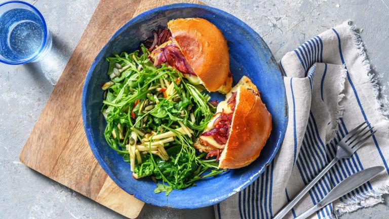 Sandwich au brie et aux oignons caramélisés