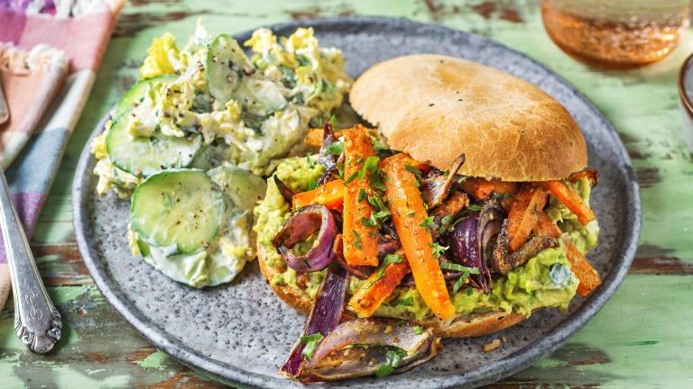 Sandwich aus Naan-Brot und Dukkah-Karotten