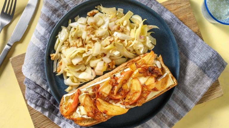 Tartine à la pomme, camembert et oignons confits