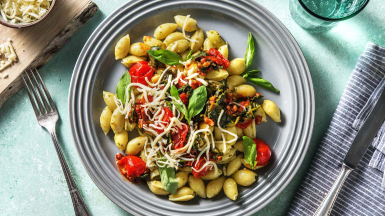 Verse conchiglie met tomatensaus en spekjes
