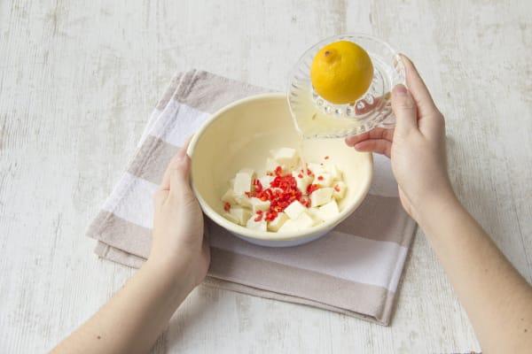 Marinade mit Zitronensaft zubereiten