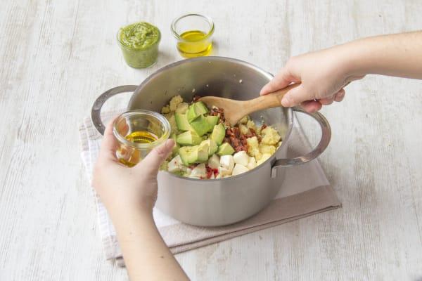 Mozarella und Gemüse zum Couscous hinzugeben