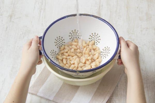 Bohnen in Sieb abgießen und Bohnenpuree zubereiten