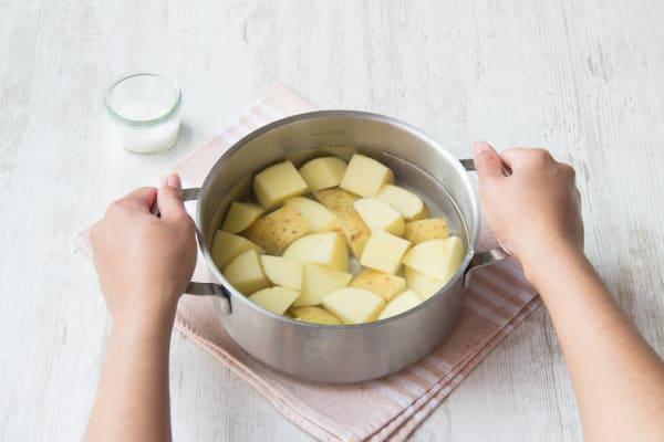 Zorg dat de aardappelen onder water staan