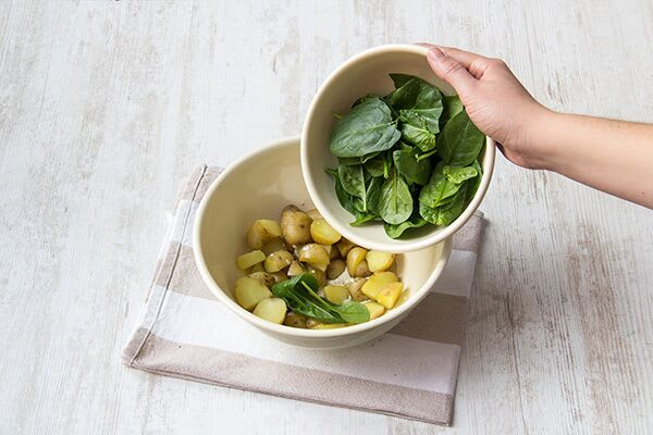 Make the spinach-potato salad
