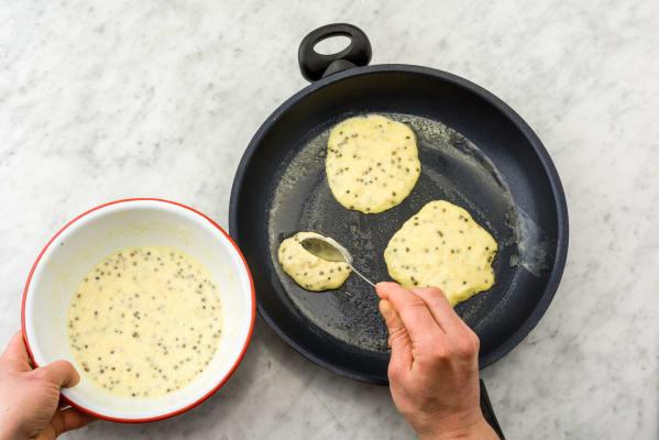 Leg 3 lepels beslag in de pan en bak de kleine pannenkoeken aan beide kanten bruin.
