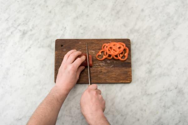 Snijd de Turkse peper in dunne ringen.