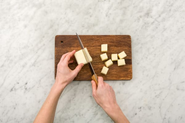 Paneer-Käse schneiden