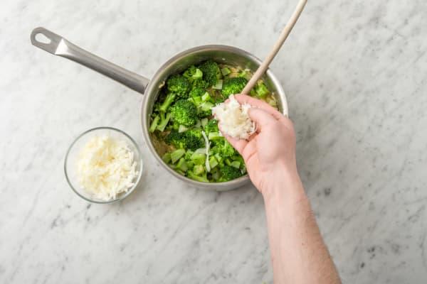 Voeg de broccoli en de helft van de pecorino toe.