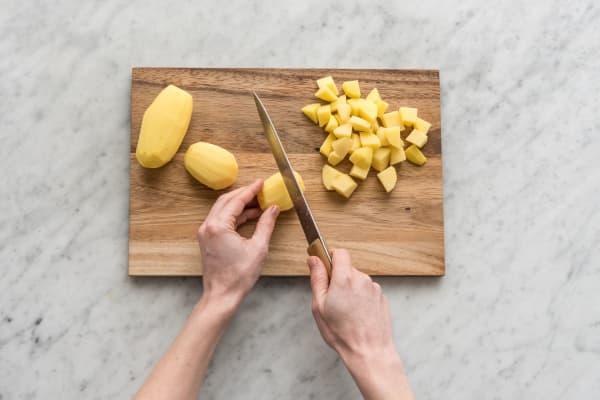 Snijd de aardappelen.