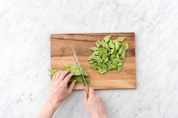 Snijd de snijbonen in schuine reepjes.