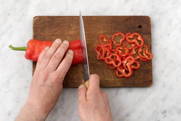 Snijd de Turkse peper in ringen.