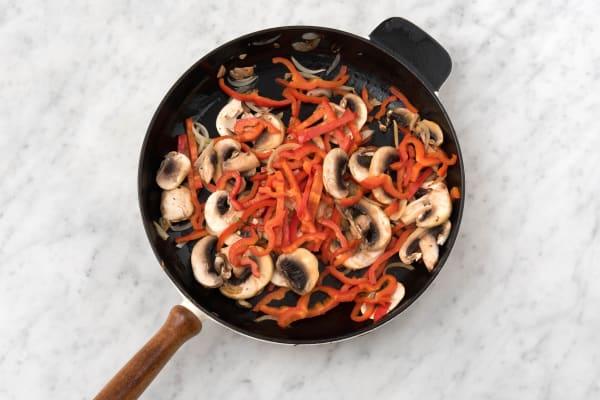 Bak de champignons en de paprika.