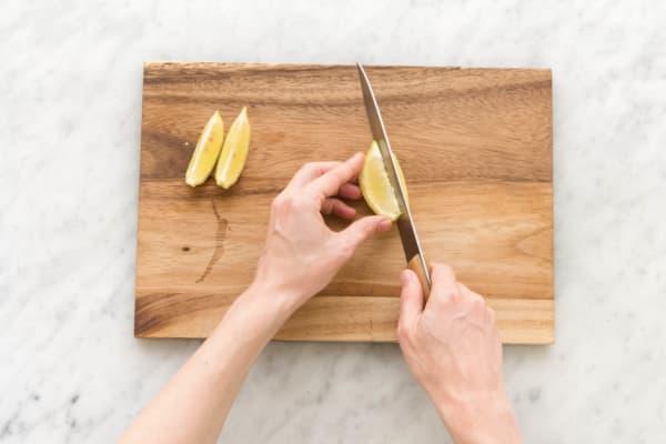 Zitronenhälfte in Spalten schneiden