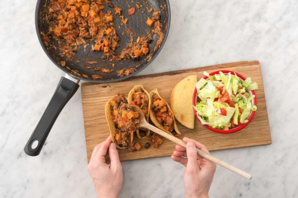 Garnisser les tacos avec la sauce et accompagner de la salade iceberg fraîche et sucrée