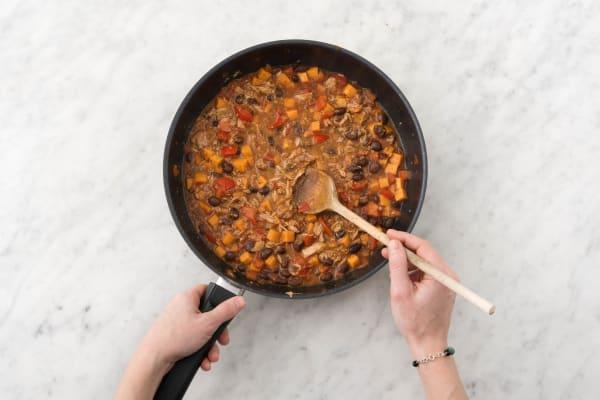 Ajouter le thon et le reste de vinaigre balsamique noir au wok