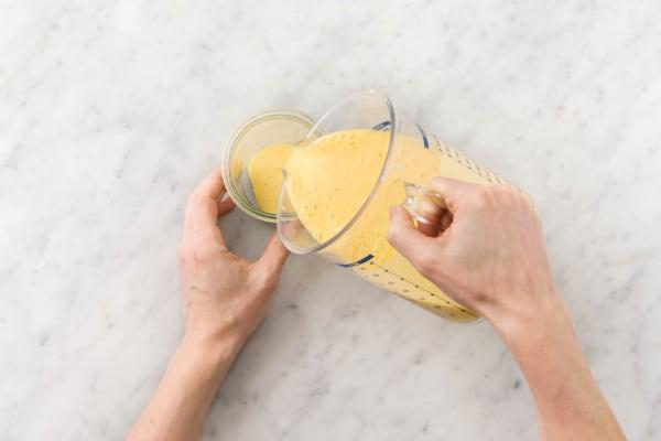 Mango-Lassi in Gläser füllen