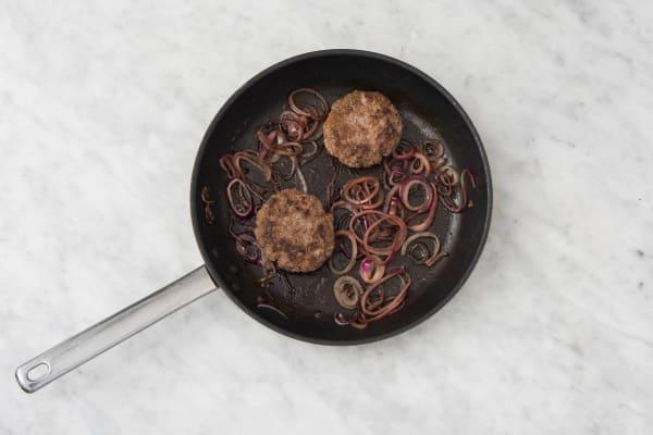Cuire le steak et l'œuf