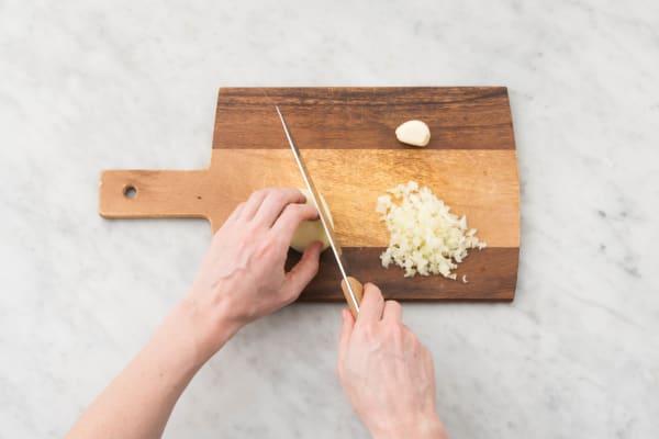 Émincer l'ail et l'oignon