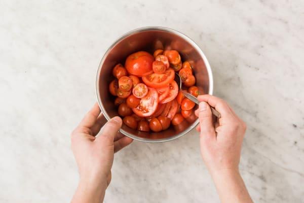 Tomaat snijden en mengen