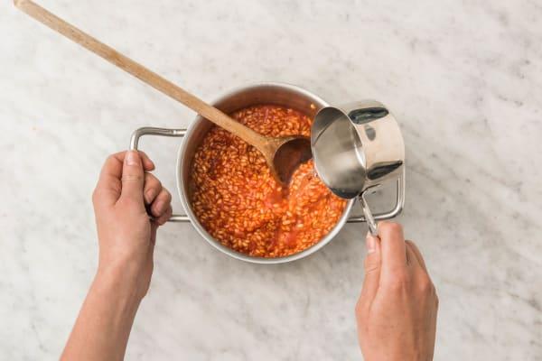 Cuirre le risotto à la tomate