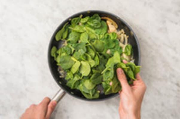 Venkel en spinazie aanbakken