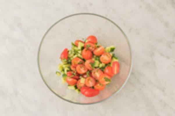 Tomaat en komkommer snijden