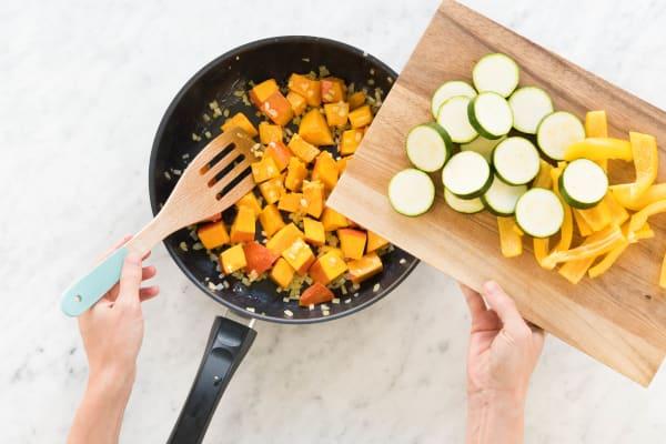 Zucchinischeiben und Paprikaspalten zufügen