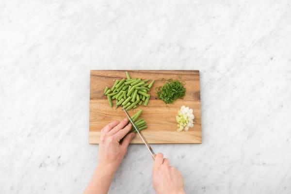 Grünen Bohnen in Stücke schneiden