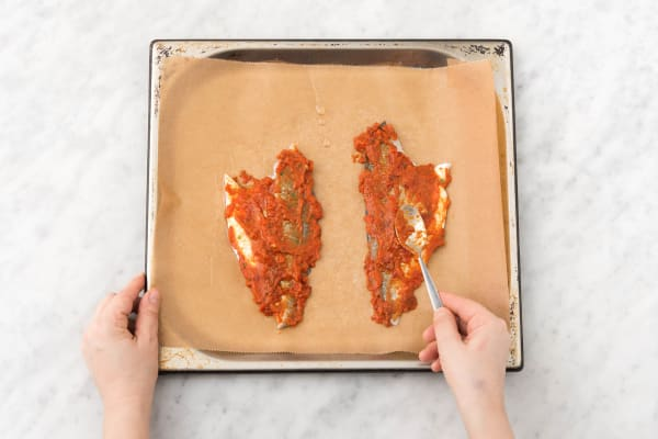 Besmeer de wijtingfilet in met de overige tomatentapenade