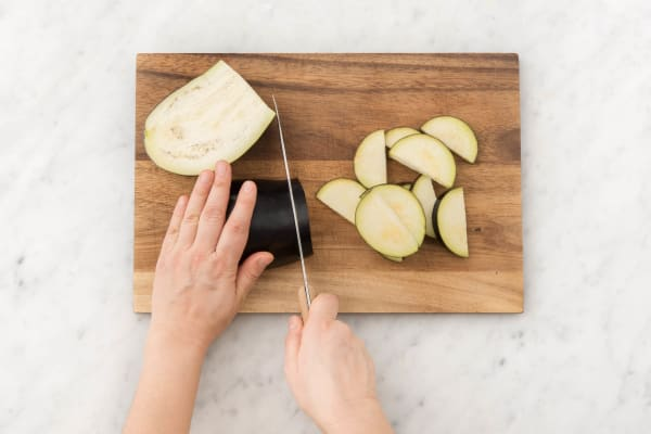 Snijd de aubergine in halve plakken